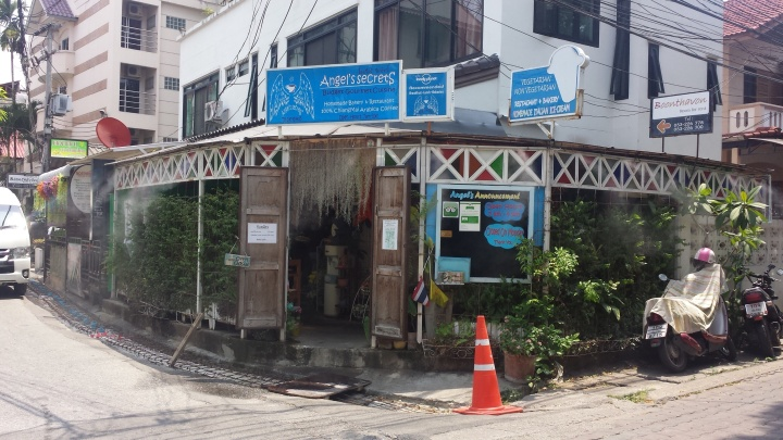 Quaint li'l cafe hidden in one of the lanes - 27 Moonmueang Soi 5.