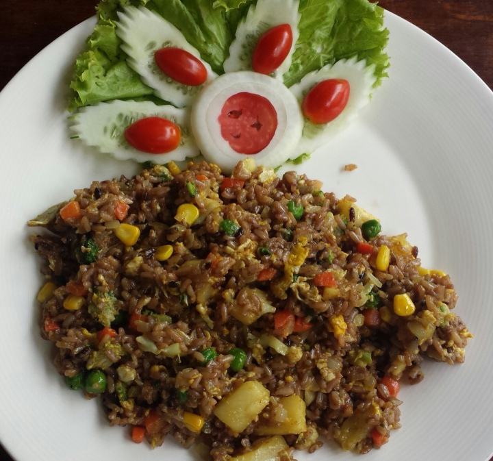 Dada fried rice - fried brown rice with egg, brocolli, pineapple, frozen veggie mix (carrots, peas, corns).